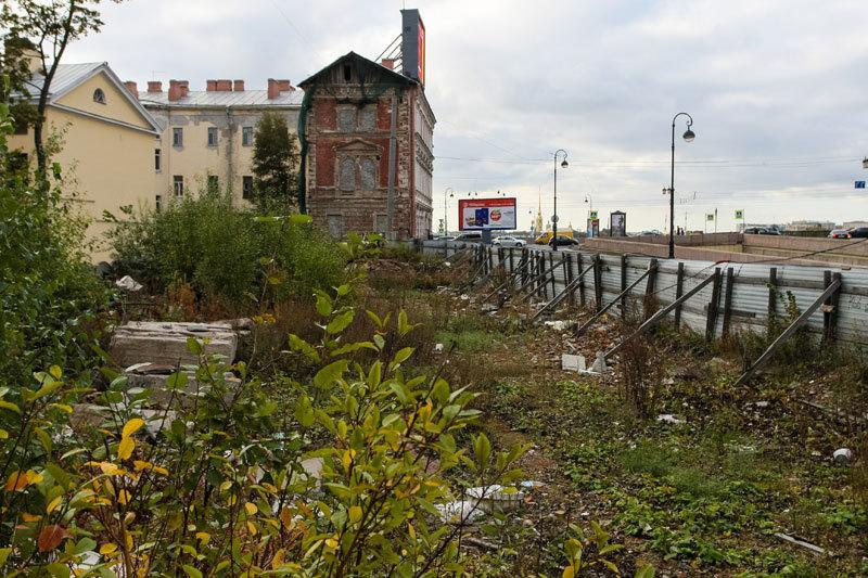 Условия предписывали построить на набережной жилье в течение трех с половиной лет