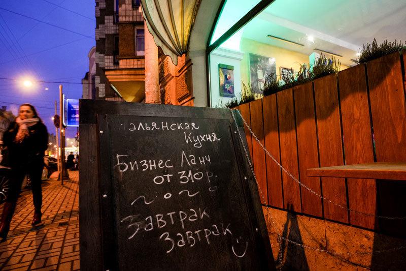 На Невском и других центральных магистралях Петербурга сейчас открываются булочные, кондитерские, фастфуды, небольшие и недорогие общепиты площадью до 100 кв. м