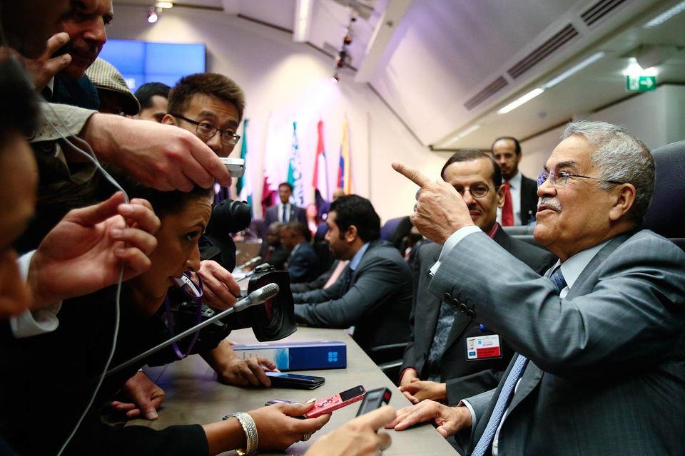 Самый влиятельный человек в ОПЕК, министр нефти Саудовской Аравии Али аль-Наими уверяет журналистов, что не может прогнозировать цены на нефть