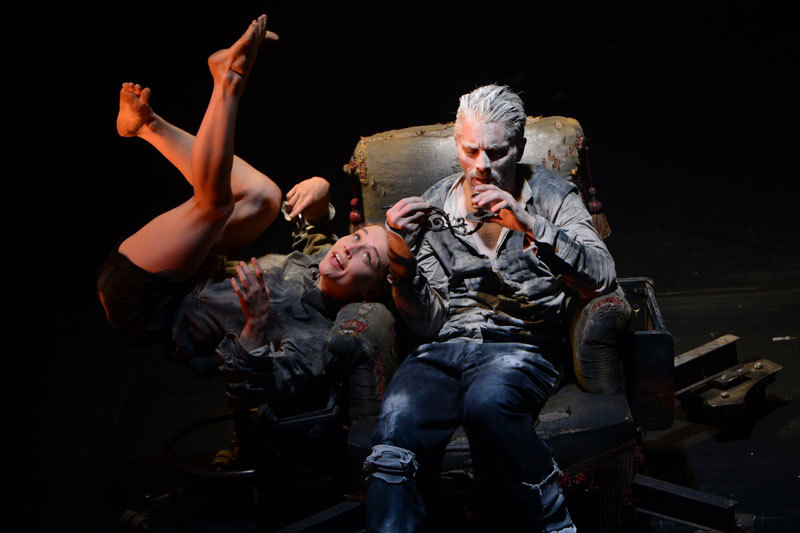 Джеймс Тьере проводит полспектакля в кресле, управляя метаморфозами вокруг