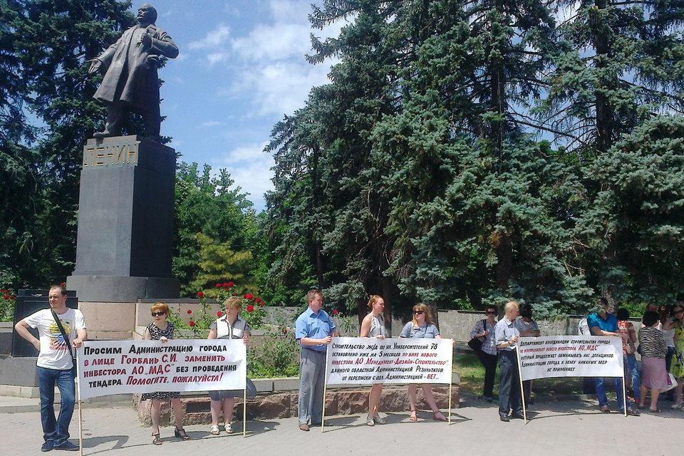 Дольщики дома в Университетском переулке вышли протестовать на улицу