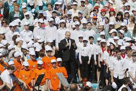 Концерт на Дворцовой площади посещали все: и первые лица (на фото — В. Путин), и горожане