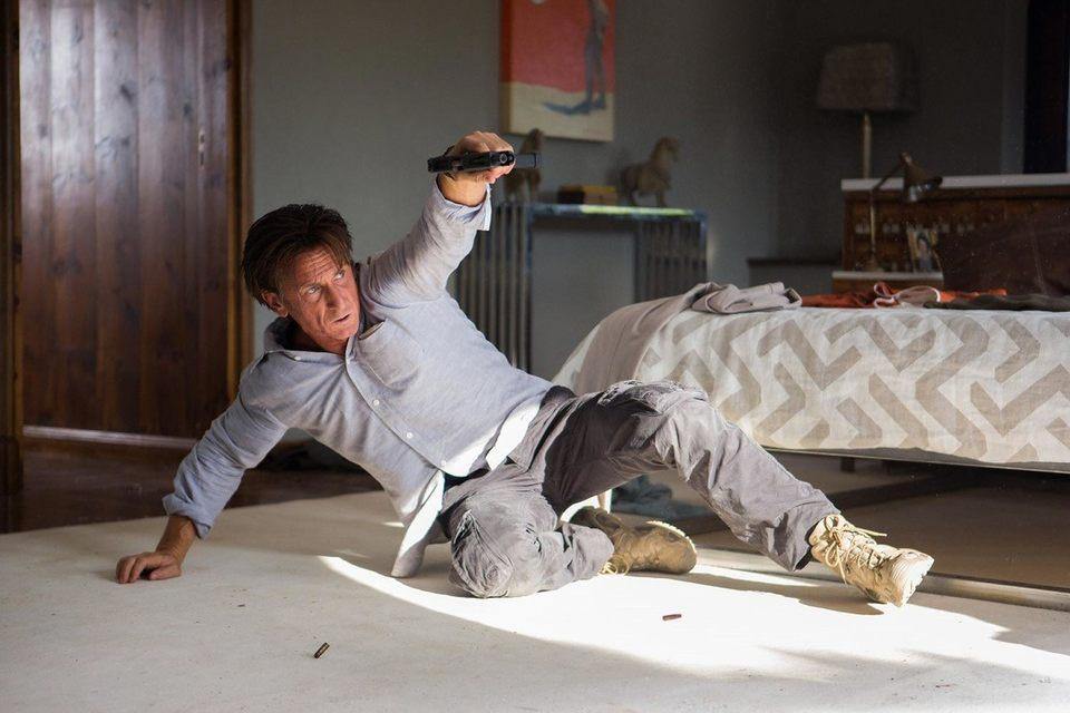 Для упражнений с пистолетом у Шона Пенна все-таки слишком драматическое лицо
