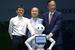 Основатель Softbank Масайоси Сон (в центре), основатель Alibaba Джек Ма (слева) и гендиректор Foxconn Терри Гоу позируют перед фотографами вместе с роботом Pepper