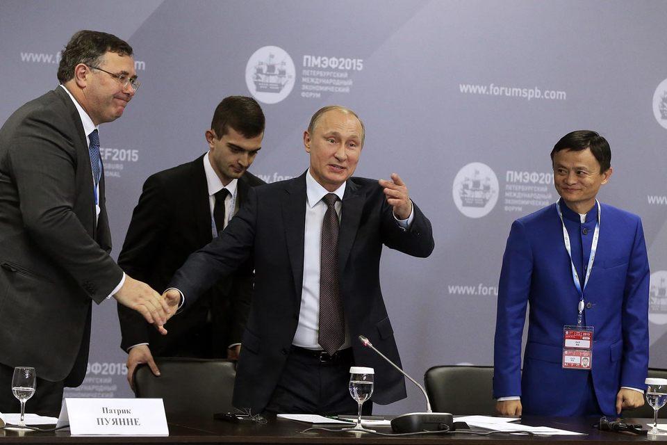 Гендиректор Total Патрик Пуянне, президент России Владимир Путин и основатель Alibaba Group Джек Ма
