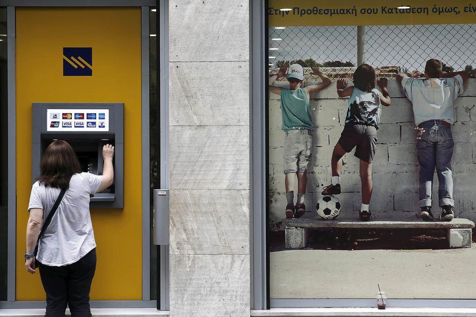 Греческие вкладчики забирают деньги из банков