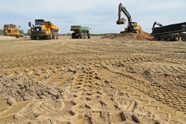 Строительство футбольного стадиона в Калининграде особенно затянулось: чтобы обустроить стройплощадку, пришлось высыпать в болото песка на 850 млн руб.