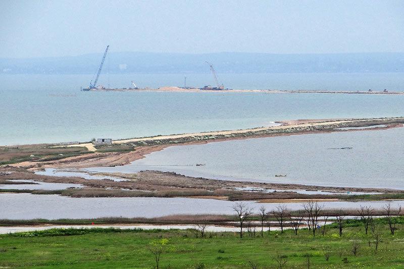 Подготовка к строительству моста уже вовсю ведется
