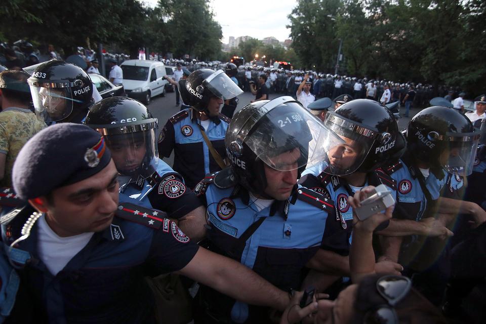 Полицейские готовы ждать до 10 утра, чтобы протестующие разблокировали движение по проспекту Маршала Баграмяна в центре Еревана
