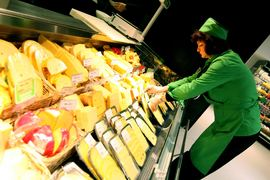 Россиянам придется еще год смаковать российский сыр
