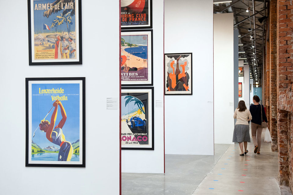 Плакаты на выставке висят плотно, как на афишной тумбе