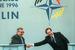 Евгений Примаков во время встречи с генсеком НАТО Хавьером Соланой (справа) на ежегодной конференции международной организации в Берлине в июне 1996 г.
