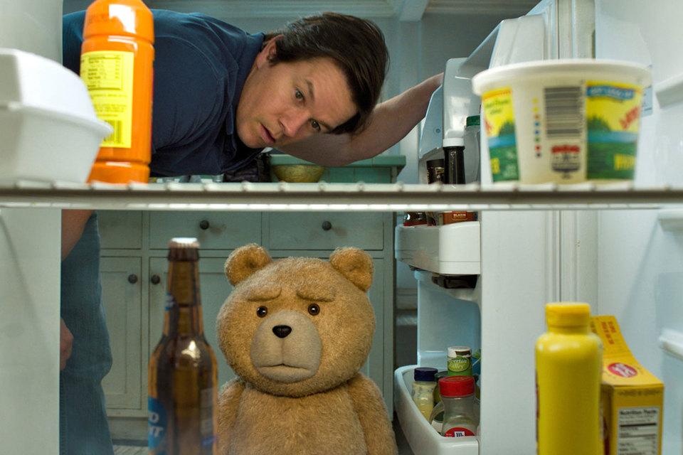 Герои Марка Уолберга и Сета Макфарлейна (режиссер сам озвучивает медведя) любят сыграть в игру «кто быстрее схватит бутылку пива»