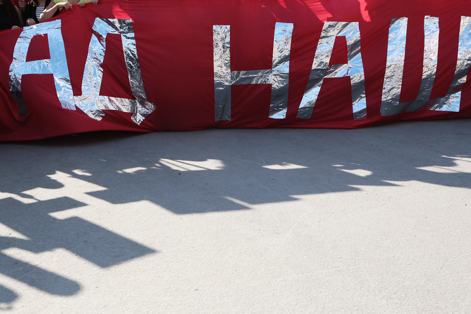 11 лет монстранты по согласованию с властями ходили с абсурдными лозунгами по Красному проспекту от площади Калинина до площади Ленина