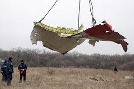 Сбор обломков разбившегося под Донецком Boeing
