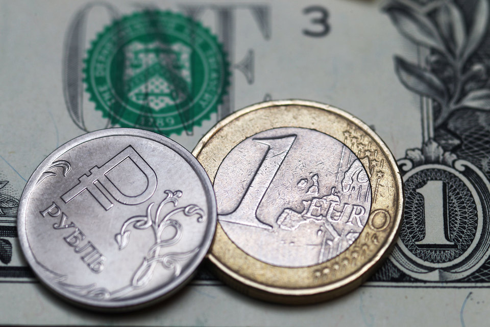 Большинство аналитиков считают, что в ближайшие месяцы рубль будет держаться вблизи текущих уровней