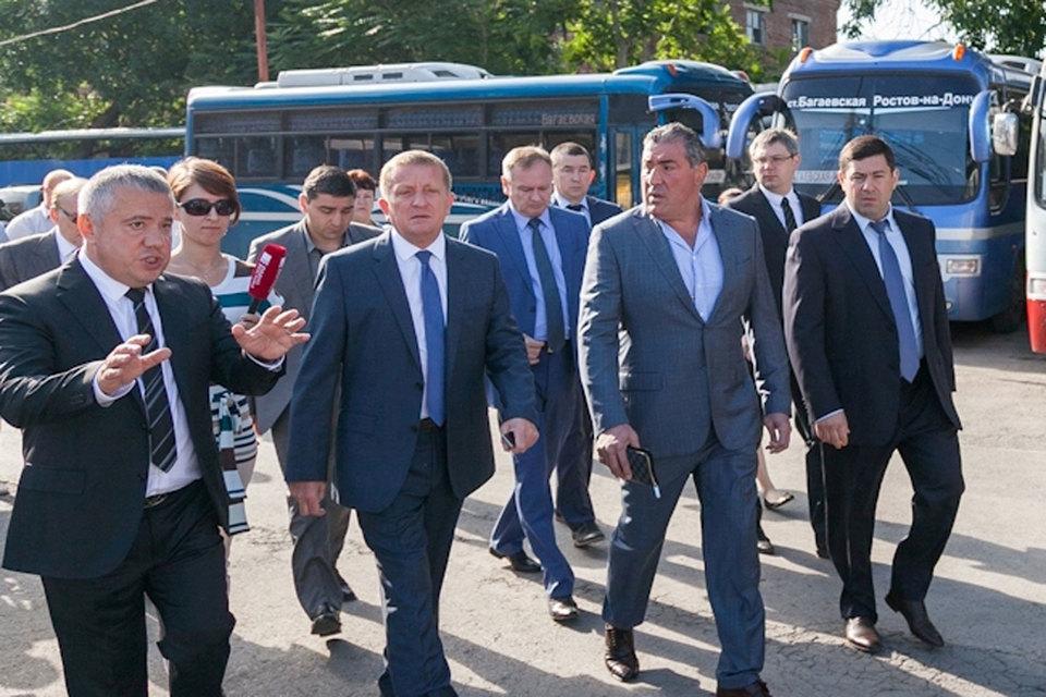 Сити-менеджер Ростова Сергей Горбань (второй слева) одобряет проект Рафаэля Самургашева (третий слева)