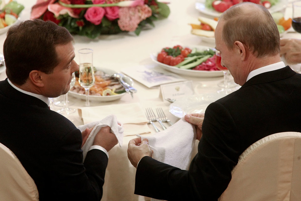 Премьеру Дмитрию Медведеву (на фото слева) нужно заручиться бюджетной поддержкой президента Владимира Путина