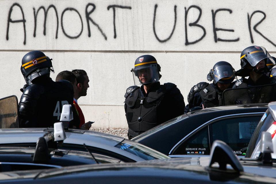 Петербургские таксисты берут пример с французских коллег – они против онлайн-сервисов по заказу такси