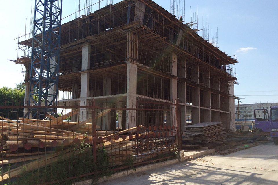 Площадь первого здания на 182 квартиры (сдаются с улучшенной черновой отделкой) – около 6500 кв. м