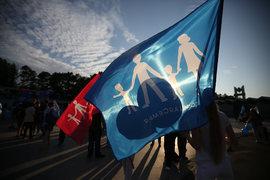 Московское отделение «Единой России» показало разработанный им «флаг натуралов» в День семьи, любви и верности