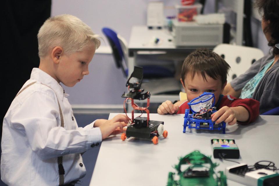 Пока детишки играют в корпоративном детском саду, их родители корпят над работой