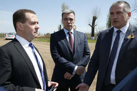 Вместе работать по крымскому направлению премьеру Дмитрию Медведеву, министру Олегу Савельеву и губернатору Сергею Аксенову (слева направо) довелось лишь чуть больше года