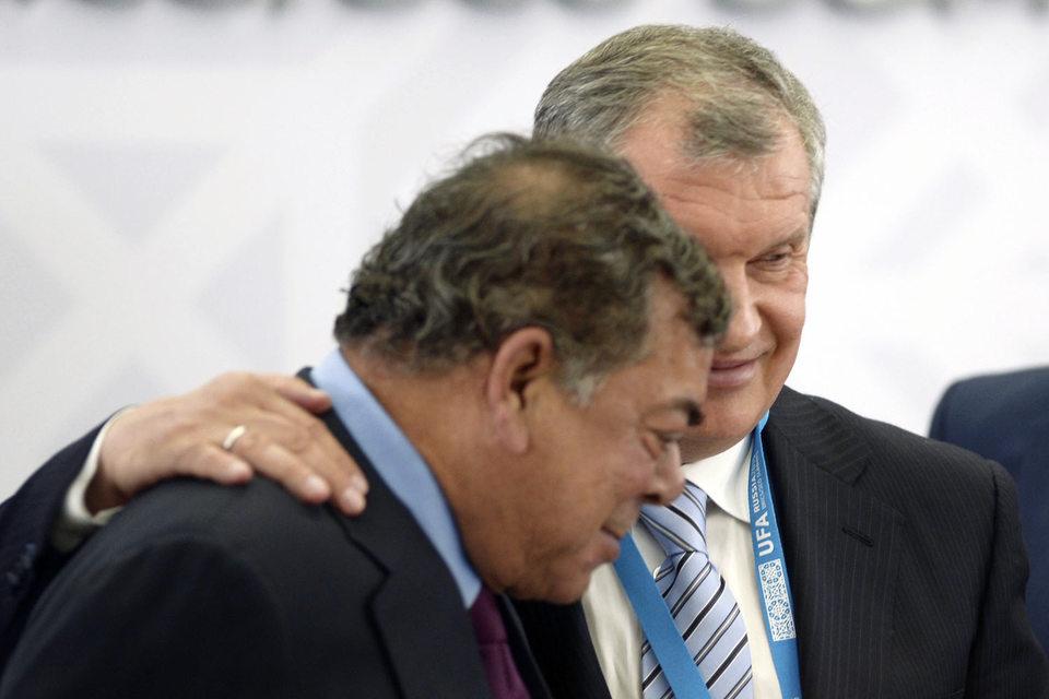 Игорь Сечин (справа) заключает новые контракты с крупнейшими странами мира – следом за Китаем потребителем «Роснефти» станет Индия (слева – владелец Essar Шаши Руйя)