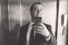 Премьер-министр Дмитрий Медведев знает, как делать селфи безопасно