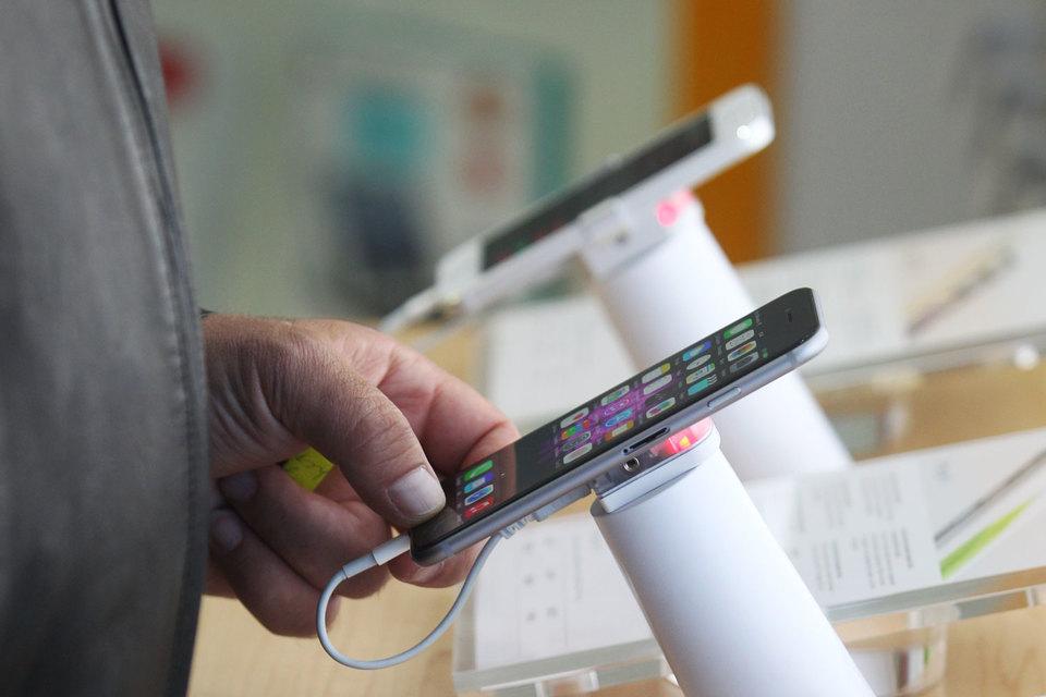 Одной из причин роста спроса стало появление в начале года в достаточном количестве новых iPhone 6