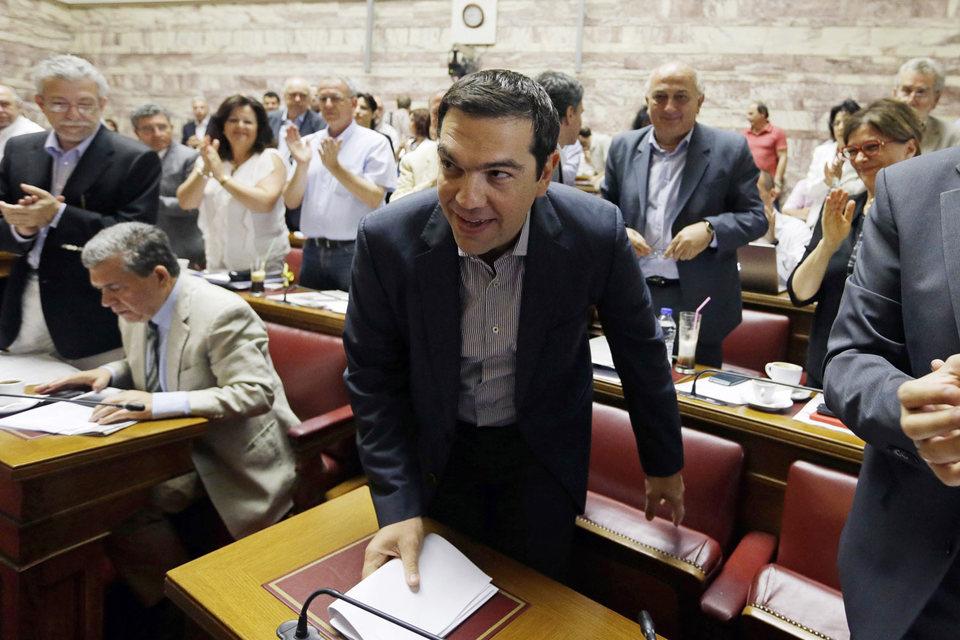 Премьер-министр Алексис Ципрас (в центре) среди депутатов парламента