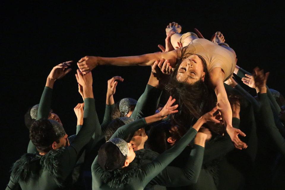 В нюрнбергском спектакле Золушке отведена роль жертвы