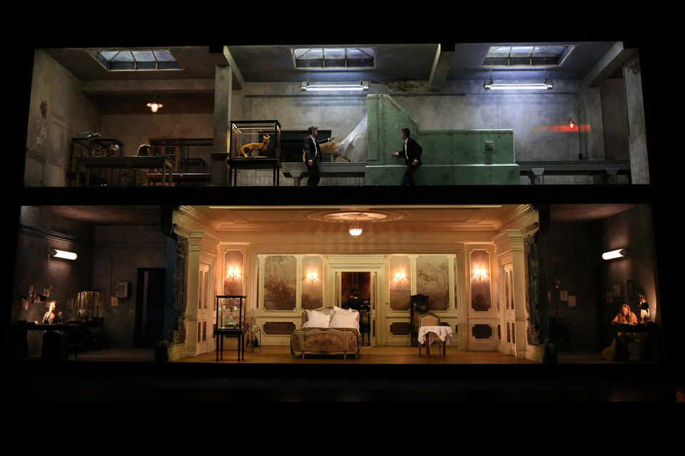 В «Альцине» жилище волшебниц превращено в мастерскую таксидермиста