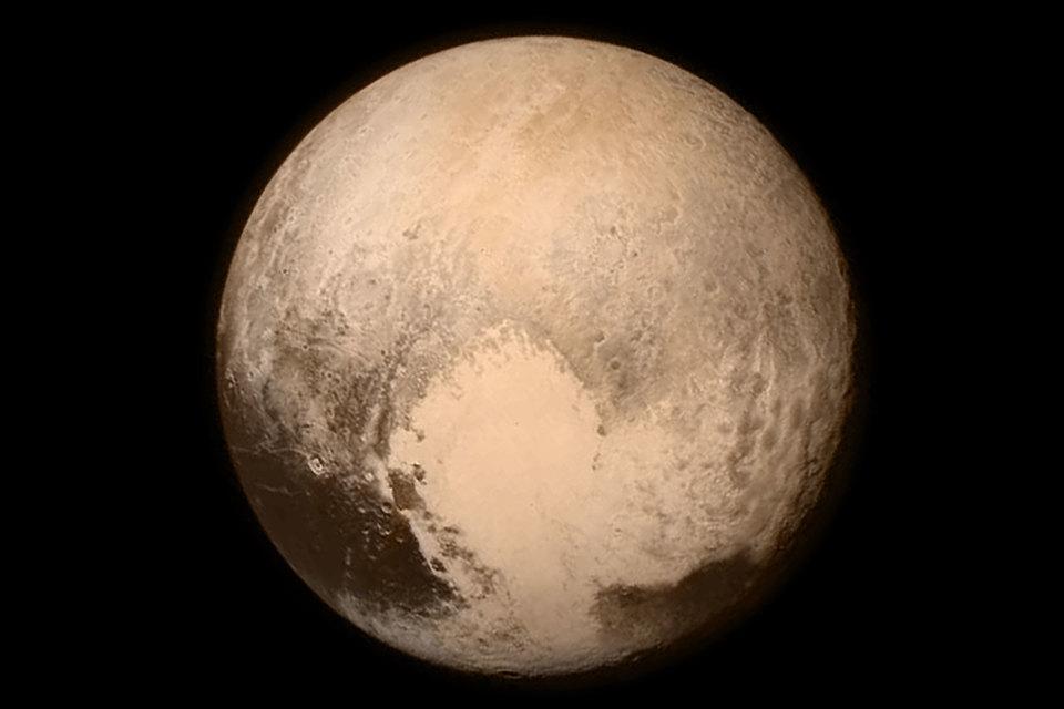 Камера на New Horizons смогла сделать предварительные снимки поверхности карликовой планеты, когда станция приблизилась на расстояние 49 000 км, пишет Financial Times