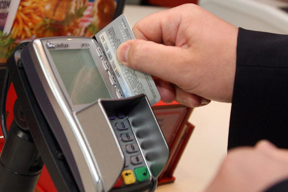 С1 июля 2015 г. банки должны выпускать расчетные и кредитные карты, оснащенные микропроцессором