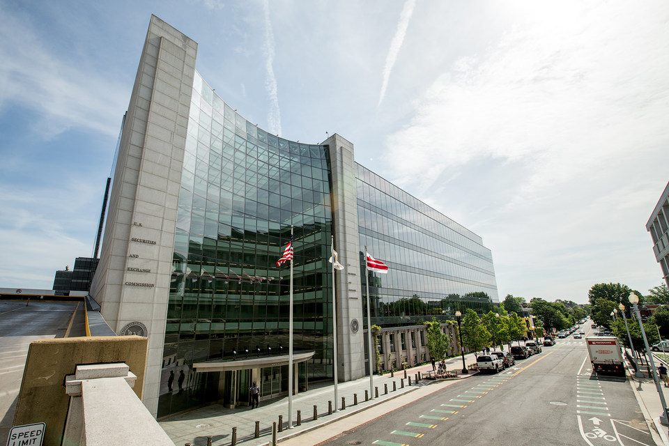 Комиссия по ценным бумагам и биржам США пытается восстановить репутацию жесткого регулятора