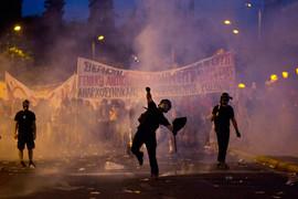 В Афинах начались беспорядки после принятия парламентом законопроекта для получения помощи от кредиторов