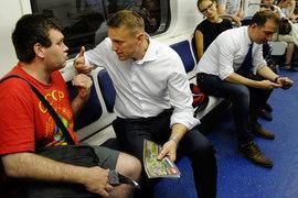 Новосибирских избирателей Алексей Навальный (в центре) агитировал даже в местном метро