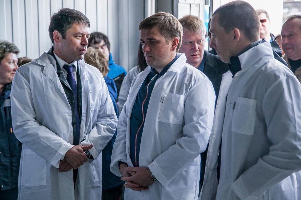 Руководитель федерального агентство по рыболовству Илья Шестаков (в центре) на открытии цеха