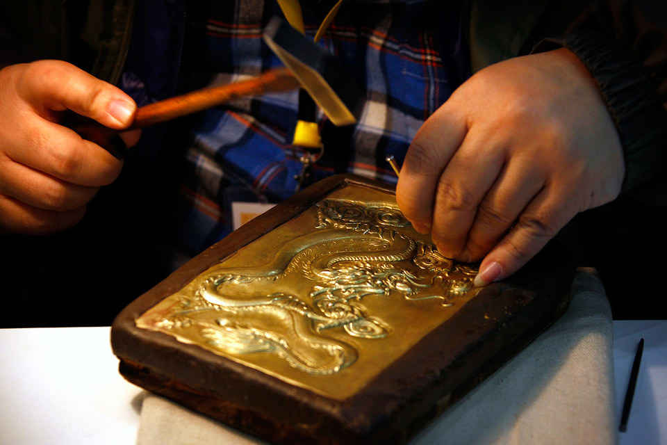 Золото падает в цене и теряет поклонников среди инвесторов