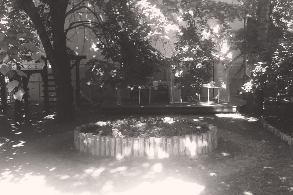 Через полтора месяца после заключения договора нежилой деревянный дом стал «живым домом» с прозрачным забором, детской площадкой и легко открывающейся с улицы деревянной калиткой