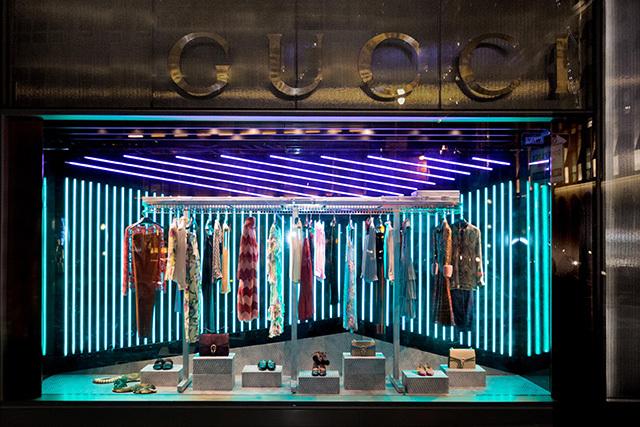 Появление в продаже первой коллекции Алессандро Микеле для Gucci в марке отметили арт-витринами