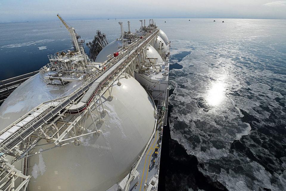 Большинство чиновников, депутатов и менеджеров нефтегазовых компаний сходятся на том, что газовозы должны экспортировать не только продукцию «Газпрома» и «Новатэка»