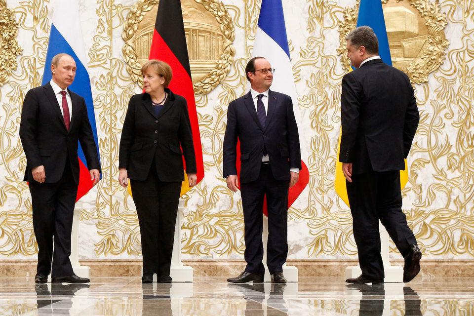 Президент России Владимир Путин, канцлер Германии Ангела Меркель, президент Франции Франсуа Олланд и президент Украины Петр Порошенко (слева направо) на церемонии фотографирования во время переговоров в «нормандском формате» по урегулированию кризиса на юго-востоке Украины в феврале 2015 г.