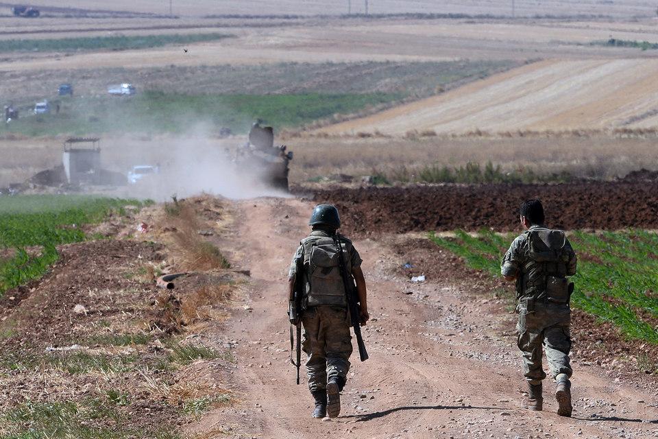Ранее в четверг турецкие войска в течение нескольких часов вели трансграничный обстрел позиций ИГ в Сирии из артиллерийских орудий и танков