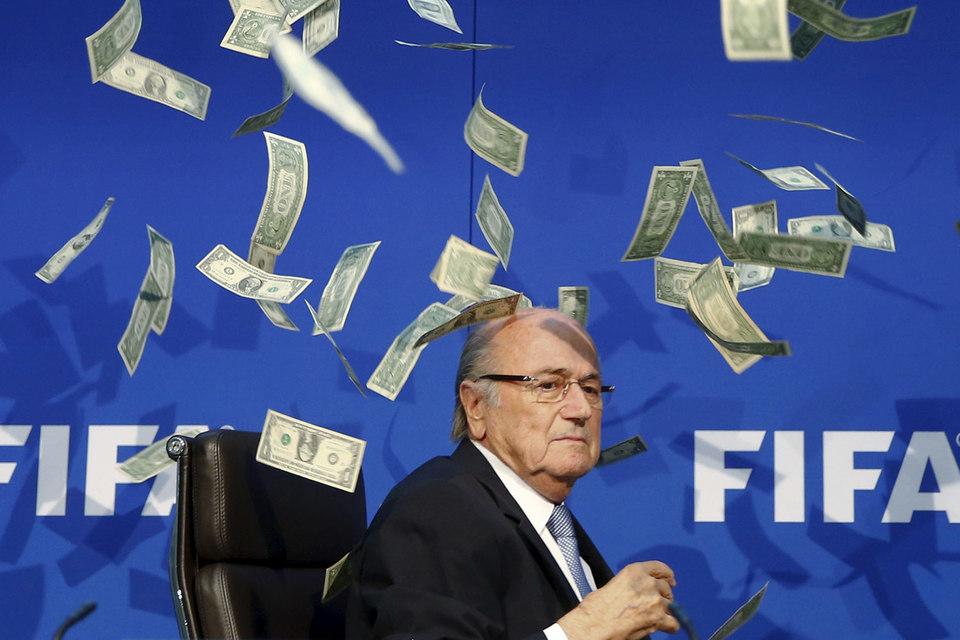 На пресс-конференции Зеппа Блаттера в понедельник британский комик Ли Нельсон в знак протеста против коррупции в футболе разбросал над президентом FIFA поддельные долларовые банкноты
