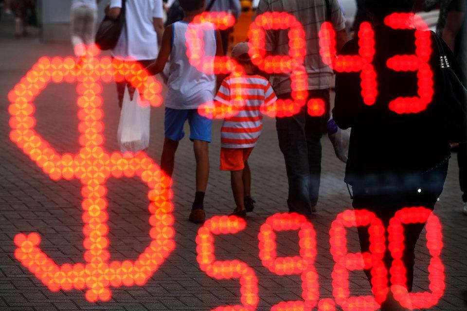 Падению российской валюты способствует снижение цен нефти и негативный настрой на фондовом рынке