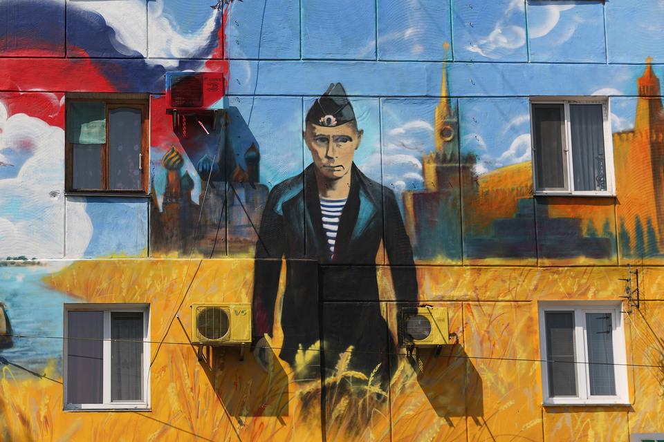 Граффити движения «Сеть» на стене дома в Севастополе