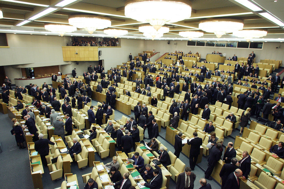 Членам Совета Федерации и депутатам ежемесячные доплаты к пенсии по старости будут платить с 65 лет и по прошествии трех лет работы, а не одного, как сейчас