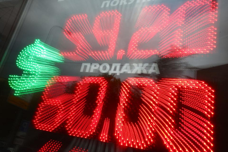 Официальные курсы, установленные ЦБ на 29 июля, - 60,22 руб. за доллар и 66,62 руб. за евро